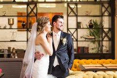 Powabny państwo młodzi na ich ślubnym świętowaniu w luksusowej restauraci Zdjęcie Royalty Free