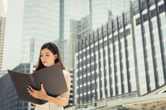 Powabny piękny bizneswoman czyta papierkową robotę, myśleć jej w zdjęcia royalty free