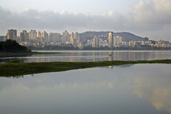 Powai, Мумбай, с другой стороны озера Powai Стоковое фото RF