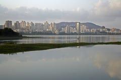 Powai, Mumbai, de l'autre côté de lac Powai Photo libre de droits