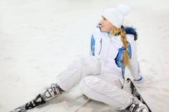 powalać szczęśliwej narciarskiej kobiety fotografia stock