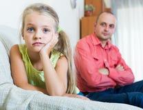 Poważny tata i mała dziewczynka kłóci się indoors Zdjęcie Stock