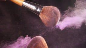 Powderbrush på svart bakgrund med rosa färgpulver stock video