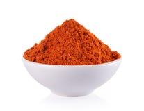 Powdered torkade röd peppar i den vita bunken på vit bakgrund Royaltyfri Fotografi