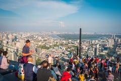 Power在第78楼屋顶上面的Mahanakorn Building国王的游人在曼谷,泰国 免版税图库摄影