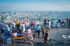 Power在第78楼屋顶上面的Mahanakorn Building国王的游人在曼谷,泰国 库存照片