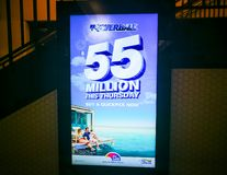 Powerball el este jueves para 55 millones que hacen publicidad en la pantalla eléctrica imagen de archivo libre de regalías