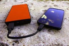 Powerbank και smartphone στο σκυρόδεμα στοκ φωτογραφίες με δικαίωμα ελεύθερης χρήσης