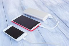 Powerbank ładuje dwa smartphones Obrazy Stock