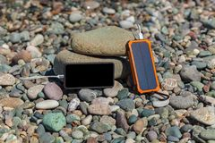 Powerbank laddar telefonen arkivfoton