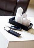 Powerbank sur la table de salon Photo stock