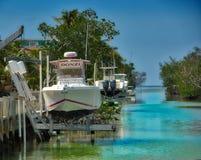 Powerboat em uma grua nas chaves de Floida fotografia de stock royalty free