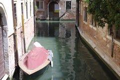Powerboat i stället för en bil i Venedig Royaltyfri Foto