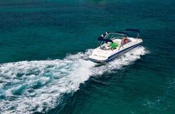Powerboat na błękitnej otwartej wodzie Obraz Royalty Free