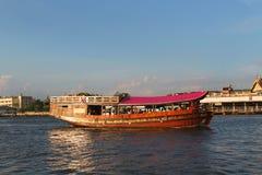 Powerboat på Chao Phraya River i Bangkok, Thailand Arkivfoto