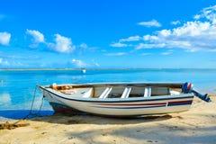 Powerboat på den sandiga stranden på lågvatten Royaltyfria Foton