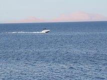 Powerboat que compete na alta velocidade no Mar Vermelho filme