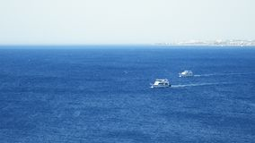 Powerboats och skepp s seglar längs det tropiska havet Royaltyfri Bild