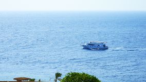 Powerboats och skepp s seglar längs det tropiska havet Arkivbild
