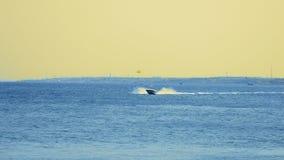 Powerboatskeppet seglar på solnedgången längs det tropiska havet Fotografering för Bildbyråer