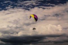 Powered hoppa fallskärm i himlen Arkivbild