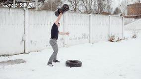 Powerlifter在冬天用双手培养大重量,做crossfit锻炼的人 影视素材