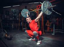 Powerlifter avec fait violence les poids de levage Photographie stock