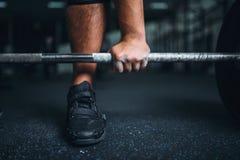 Powerlifter prépare pour le deadlift un barbell dans le gymnase image libre de droits