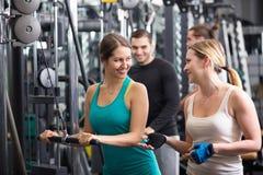 Powerlifting en las máquinas en club de fitness Imagen de archivo libre de regalías