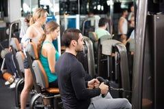Powerlifting en las máquinas en club de fitness Fotos de archivo