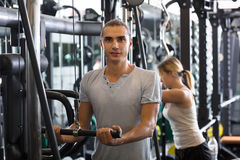 Powerlifting en las máquinas en club de fitness Fotografía de archivo libre de regalías