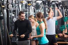 Powerlifting en las máquinas en club de fitness Fotografía de archivo