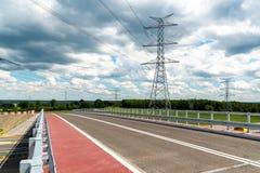 Powerline blisko do drogi Zdjęcie Royalty Free