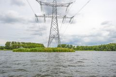 Powerline nad brzeg jezioro w wiośnie Zdjęcia Royalty Free