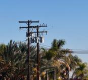 Powerlines attraverso il cielo fotografia stock libera da diritti