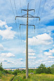 Powerlines e cielo nuvoloso Immagini Stock Libere da Diritti