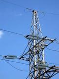 Powerlines elettrici (piloni) di elettricità, cielo Fotografia Stock