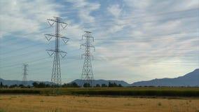 Powerlines i góry z pola uprawnego timelapse zdjęcie wideo
