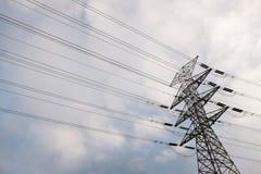 Powerlines på mjuk molnig himmel Arkivfoton