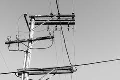 Powerlines w monochromatycznym skrzyżowaniu nieba Fotografia Royalty Free