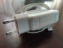 Powerplug для макинтоша на коричневом цвете shinny таблица стоковое изображение rf