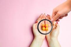 Powiększać - szkło jest przyglądający dziewczyny ręki trzymają prezent Teraźniejszość dla twój kocham jeden na walentynka dniu Ro zdjęcia stock