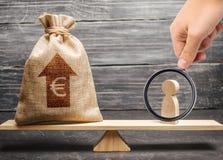 Powiększać - szkło jest przyglądający mężczyzna figurka euro pieniądze i torba z strzałą w górę na skal średnia pensja w rynek pr obrazy royalty free
