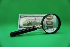 100 powiększać loupe i dolary obraz stock