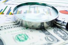 Powiększać - szkło i dolarów amerykańskich banknoty tło: Bankowości konto, Inwestorska Analityczna badawcza dane gospodarka, hand fotografia royalty free