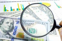 Powiększać - szkło i dolarów amerykańskich banknoty tło: Bankowości konto, Inwestorska Analityczna badawcza dane gospodarka, hand zdjęcie royalty free
