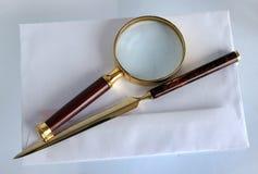 Powiększać - szkło i listowy otwieracz fotografia royalty free