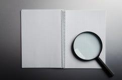 Powiększać - szkło i notatnik Zdjęcie Royalty Free