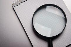 Powiększać - szkło i notatnik Obrazy Stock