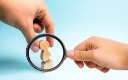 Powiększać - szkło jest przyglądający ręka osoba zbiera postać osoba wpólnie Psychologiczna pomoc zdjęcie stock